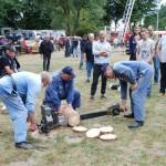 Die Seniorenwehr aus Bliesdorf beim Einsatz mit einer Kettensäge vergangener Zeit