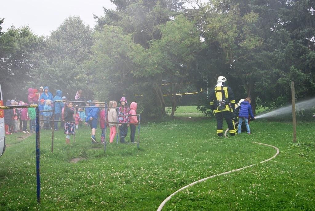 Fw Hutzfeld Fw Löschen mit Sonnenschein Kindern 003